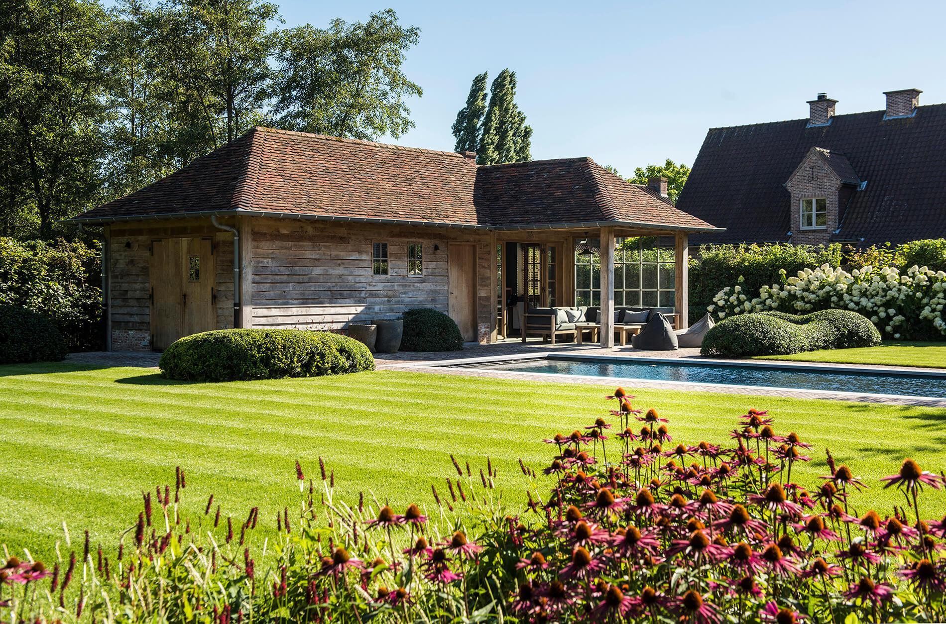 Afbeelding project Landelijke tuin met bijgebouw en zwembad rond mooie woning in Vlaamse stijl