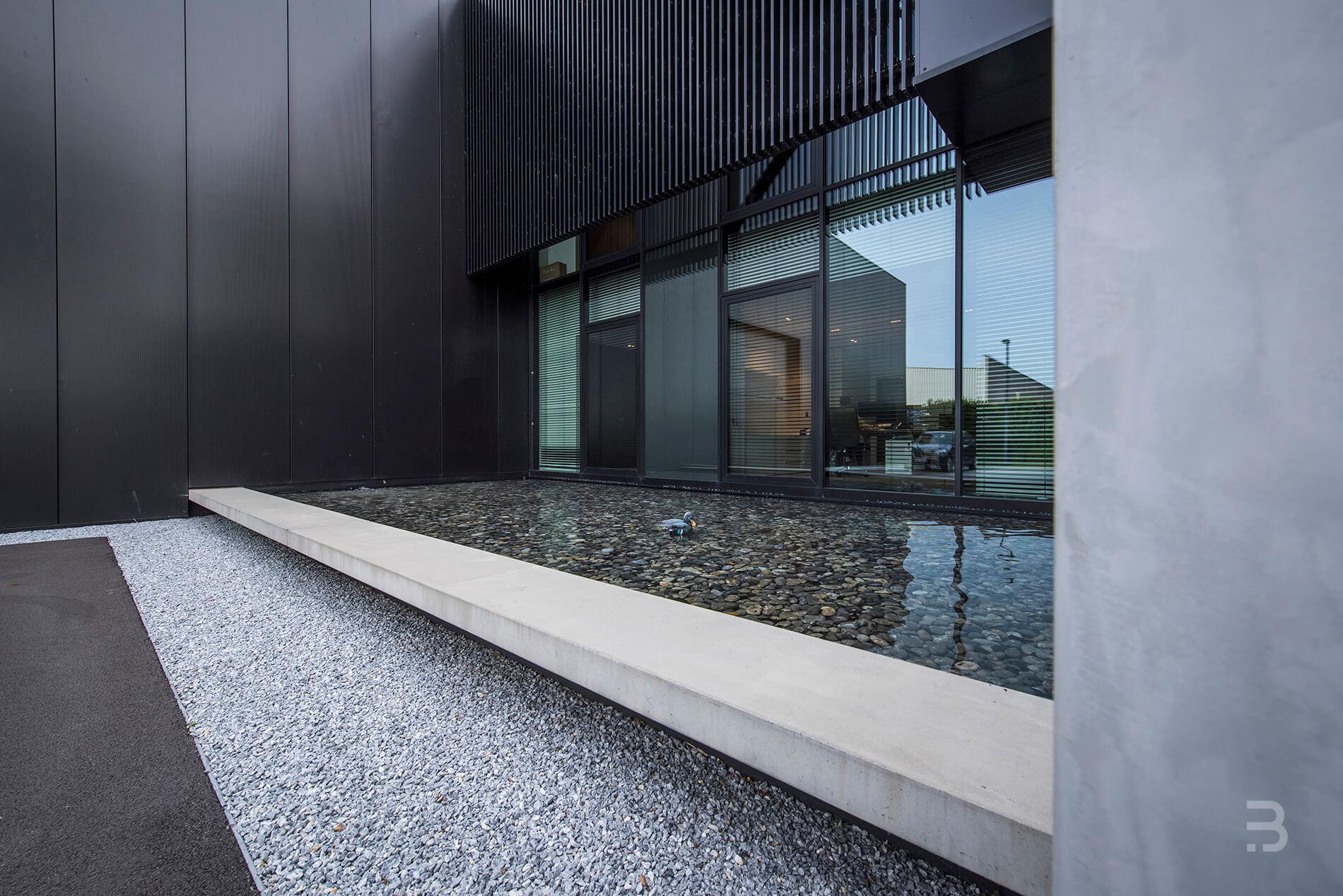 Afbeelding project Bedrijfstuin als landschap rond modern bedrijfsgebouw